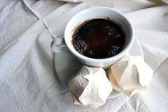 Kaffee mit Eibischen auf Tischdecken lizenzfreie stockbilder