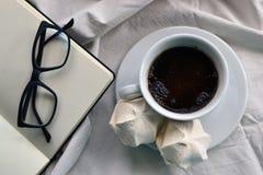 Kaffee mit Eibischen auf Tischdecken stockfotografie