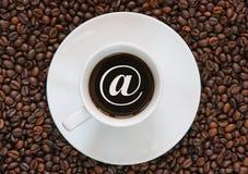 Kaffee mit einem Internet-Zeichen Stockbilder