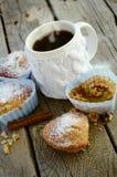 Kaffee mit einem Muffin auf Tabelle lizenzfreie stockbilder