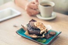 Kaffee mit einem Muffin zum Frühstück stockfotos