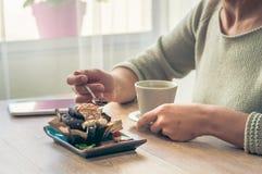 Kaffee mit einem Muffin zum Frühstück stockbild