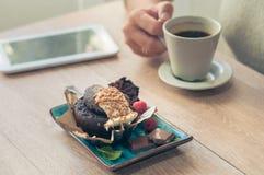Kaffee mit einem Muffin zum Frühstück stockbilder