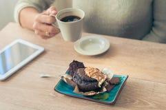 Kaffee mit einem Muffin zum Frühstück stockfoto