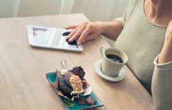 Kaffee mit einem Muffin zum Frühstück lizenzfreies stockbild