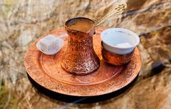 Kaffee mit einem Stück türkischer Freude Stockfotos