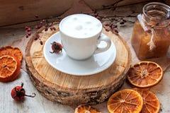 Kaffee mit einer Molkereihaut auf einem Behälter Lizenzfreie Stockfotografie