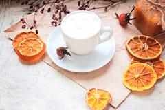 Kaffee mit einer Molkereihaut auf einem Behälter Stockfotografie