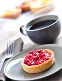 Kaffee mit Erdbeerekuchen stockbilder