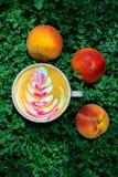 Kaffee mit Farbmuster Lizenzfreie Stockbilder