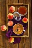 Kaffee mit Farbmuster Stockfotos
