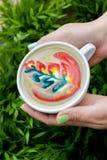 Kaffee mit Farbmuster Stockfoto