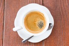 Kaffee mit hölzernem Hintergrund des Schmutzes lizenzfreies stockbild