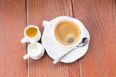 Kaffee mit hölzernem Hintergrund des Schmutzes lizenzfreie stockfotos