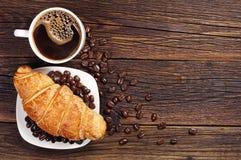 Kaffee mit Hörnchen stockfotografie