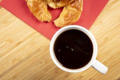 Kaffee mit Hörnchen zum Frühstück Lizenzfreies Stockbild