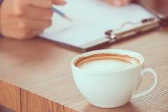 Kaffee mit Handschrift Stockbild