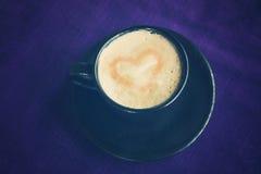 Kaffee mit Herzen in der Schale, warme Farbe der Weinlese tonte Bild Lizenzfreie Stockbilder