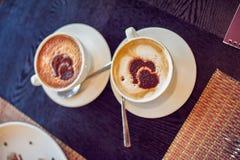 Kaffee mit Herzen in einem Café Stockfotografie