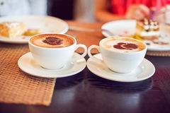 Kaffee mit Herzen in einem Café Stockfoto
