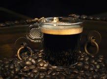 Kaffee mit Holzkiste Stockbild