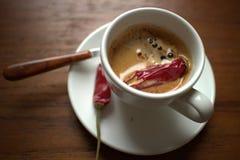 Kaffee mit kühlem Pfeffer lizenzfreie stockbilder