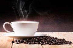 Kaffee mit Kaffeebohnen Stockfotos