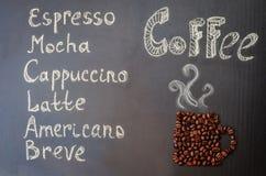 Kaffee mit Kaffeebohnen in Form von Tasse Kaffee Stockbilder