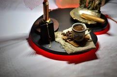 Kaffee mit Kaffeebohnen und kupfernem Aschenbecher mit einer großen Zigarre Stockbilder