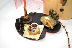 Kaffee mit Kaffeebohnen und kupfernem Aschenbecher mit einer großen Zigarre Lizenzfreies Stockbild