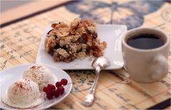 Kaffee mit Krümelkuchen und -eiscreme Stockfotos
