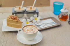 Kaffee mit Kuchen, Kaffeetasse - Weinleseeffekt-Artbilder stockfotos