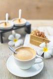 Kaffee mit Kuchen, Kaffeetasse - Weinleseeffekt-Artbilder lizenzfreie stockfotos