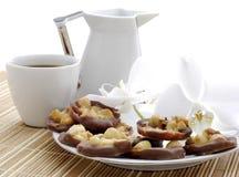 Kaffee mit Kuchen, Milch und Orchidee blühen Lizenzfreie Stockbilder