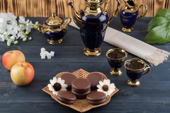Kaffee mit Kuchen und Äpfeln Lizenzfreies Stockfoto