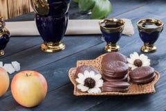 Kaffee mit Kuchen und Äpfeln Stockbild