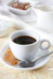 Kaffee mit Löffel und braunem Zucker Lizenzfreie Stockbilder