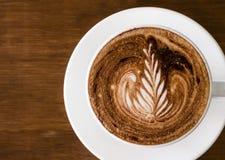 Kaffee mit Lattekunst Stockfoto