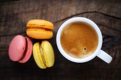 Kaffee mit Makronen Stockfoto