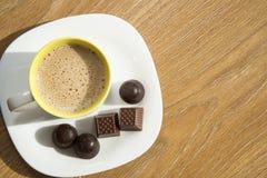 Kaffee mit Milch auf einer weißen Platte mit Schokoladen Lizenzfreies Stockbild