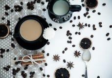 Kaffee mit Milch auf einer weißen Tabelle Stockfotografie