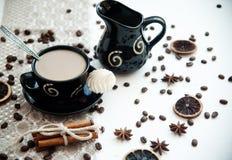 Kaffee mit Milch auf einer weißen Tabelle Stockfotos