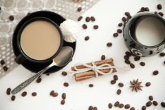Kaffee mit Milch auf einer weißen Tabelle Stockbilder