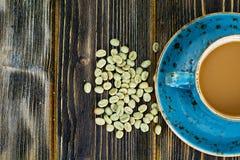 Kaffee mit Milch, Cappuccino in einer blauen Retro- Schale mit grünem Coff Lizenzfreie Stockfotografie