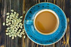 Kaffee mit Milch, Cappuccino in einer blauen Retro- Schale mit grünem Coff Stockbilder
