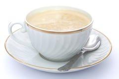 Kaffee mit Milch in der weißen und goldenen Schale Lizenzfreie Stockfotografie