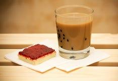 Kaffee mit Milch- und Moosbeerkuchen Stockfoto