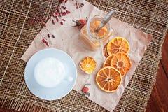 Kaffee mit Molkereischaum, Apfelmarmelade Stockfoto