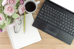 Kaffee mit Notizbuch, Blume, Bleistift, Augengläser auf hölzernem backgroun Lizenzfreies Stockfoto