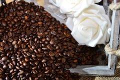 Kaffee mit Rosen stockbilder